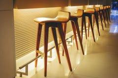 Строка пустых деревянных стульев, внутренняя предпосылка Modren, Брайн w Стоковое Фото