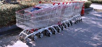 Строка пустых магазинных тележкеа Стоковое Фото