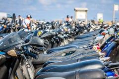 Строка самокатов на автостоянке, Форментеры, Испании стоковое фото