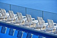 Строка свободных sunbeds на бассейне в touristic курорте Стоковая Фотография RF
