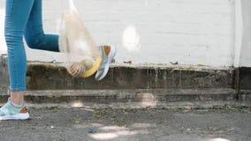 Строка сетки ног девушки многоразовая связала хозяйственную сумку с фруктами и овощами, двигая акции видеоматериалы