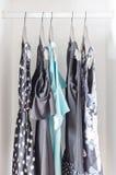 Строка смертной казни через повешение платья на вешалке в шкафе Стоковые Фотографии RF