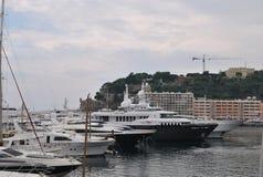 Строка снег-белых яхт на набережной в порте Монако Стоковое Фото