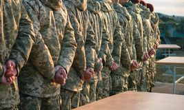 Строка солдата военной формы парада армии, presentment красных шляп стоковое фото