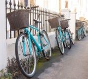 Строка соответствовать арендным велосипедам студента корзинам стоковые изображения rf