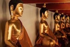 Строка старой статуи Wat Phra Mahathat Woramahawihan Будды в Nakh Стоковое Изображение RF
