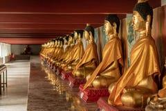 Строка старой статуи Wat Phra Mahathat Woramahawihan Будды в Nakh Стоковые Изображения