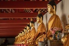 Строка старой статуи Wat Phra Mahathat Woramahawihan Будды в Nakh Стоковые Изображения RF