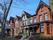 Строка старых викторианских домов кирпича стиля стоковые фото