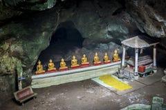Строка статуи Будды в cave1 Стоковое фото RF