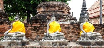 Строка статуй Будды на Wat Yai Chaimongkol Ayutthaya Таиланде Стоковые Фото
