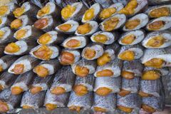 Строка сухих рыб Высушите рыб для зажаренный для еды Консервация еды внутри стоковое фото