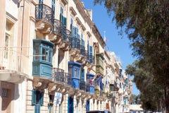 Строка таунхаусов в старом городке в Валлетте, Мальте Стоковая Фотография