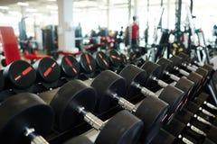 Строка тяжелых гантелей в спортзале Стоковые Фото