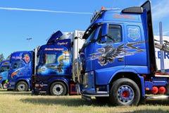 Строка тяжелых грузовиков с художественным произведением в выставке стоковое фото