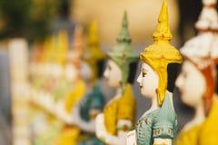 Строка усаженного Buddhas на виске стоковое изображение