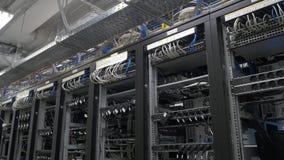 Строка установки горнорабочих bitcoin на связанных проволокой shelfs Компьютер для минирования Bitcoin Штепсельная вилка кабелей  Стоковые Фото