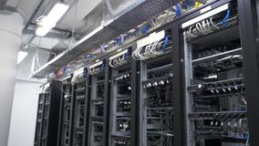 Строка установки горнорабочих bitcoin на связанных проволокой shelfs Компьютер для минирования Bitcoin Штепсельная вилка кабелей  сток-видео