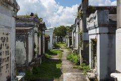 Строка усыпальниц на кладбище Лафайета никаком 1 в городе Нового Орлеана, Луизиана Стоковые Фотографии RF