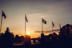 Строка флагов летания наций на предпосылке неба захода солнца в парке флаги стран различные Соединение наций Стоковое фото RF