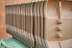 Строка черепиц глины, подготовленная для своего ввода на строительной площадке стоковые изображения rf