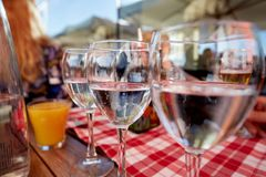 Строка чисто стекел питьевой воды на кафе террасы лета Стоковое Изображение