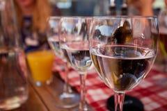Строка чисто стекел питьевой воды на кафе террасы лета Стоковая Фотография RF
