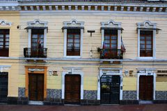 Строка Colorfol окон и дверей с флагами на крутом холме в Кито эквадоре стоковые изображения rf