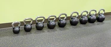 Строка Kettlebells на фитнес-центре Стоковая Фотография
