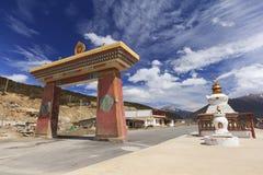 Строка stupas на стробе города Deqing, Юньнань, Китая Стоковые Фотографии RF