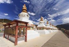 Строка stupas на стробе города Deqing, Юньнань, Китая Стоковая Фотография