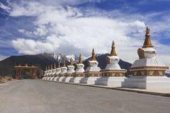 Строка stupas на стробе города Deqing, Юньнань, Китая Стоковое Фото