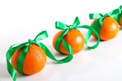Строка tangerines на белой предпосылке Стоковое Фото
