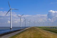 Строка windturbines вдоль dike Стоковые Изображения