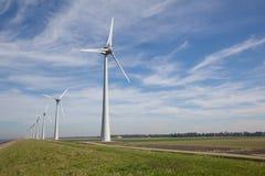 Строка windturbines на IJsselmeer в Нидерландах Стоковые Изображения