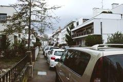 Строки автомобилей припаркованных на сумраке Стоковое фото RF