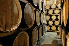 Строки алкоголя несутся запас винокурня Коньяк, виски, вино, рябиновка Алкоголь в бочонках стоковые изображения