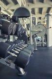 Строки больших черных гантелей в спортзале Стоковые Изображения