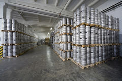 Строки бочонков пива в винзаводе Ochakovo запаса Стоковые Изображения