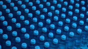 Строки бутылок с водой видеоматериал