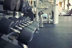 Строки гантелей в спортзале Стоковые Фото