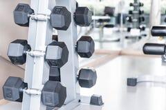 Строки гантелей в спортзале Стоковые Изображения RF