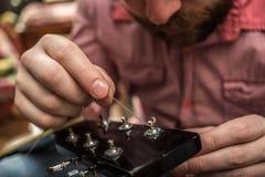 Строки гитары мужских вставок новые к акустической гитаре Стоковое Изображение RF