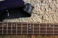 Строки гитары на стойке Стоковые Фотографии RF