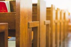Строки деревянной скамьи в церков Стоковые Изображения