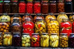 Строки замаринованных овощей в стеклянных опарниках Стоковая Фотография RF