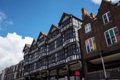 Строки здания Tudor черно-белые в Честере город графства Чешира в Англии Стоковое Фото