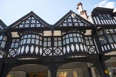 Строки здания Tudor черно-белые в Честере город графства Чешира в Англии Стоковая Фотография RF