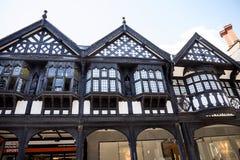 Строки здания Tudor черно-белые в Честере город графства Чешира в Англии Стоковые Фото