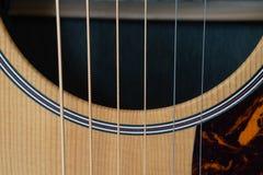 Строки и ядровое отверстие акустической гитары стоковые изображения